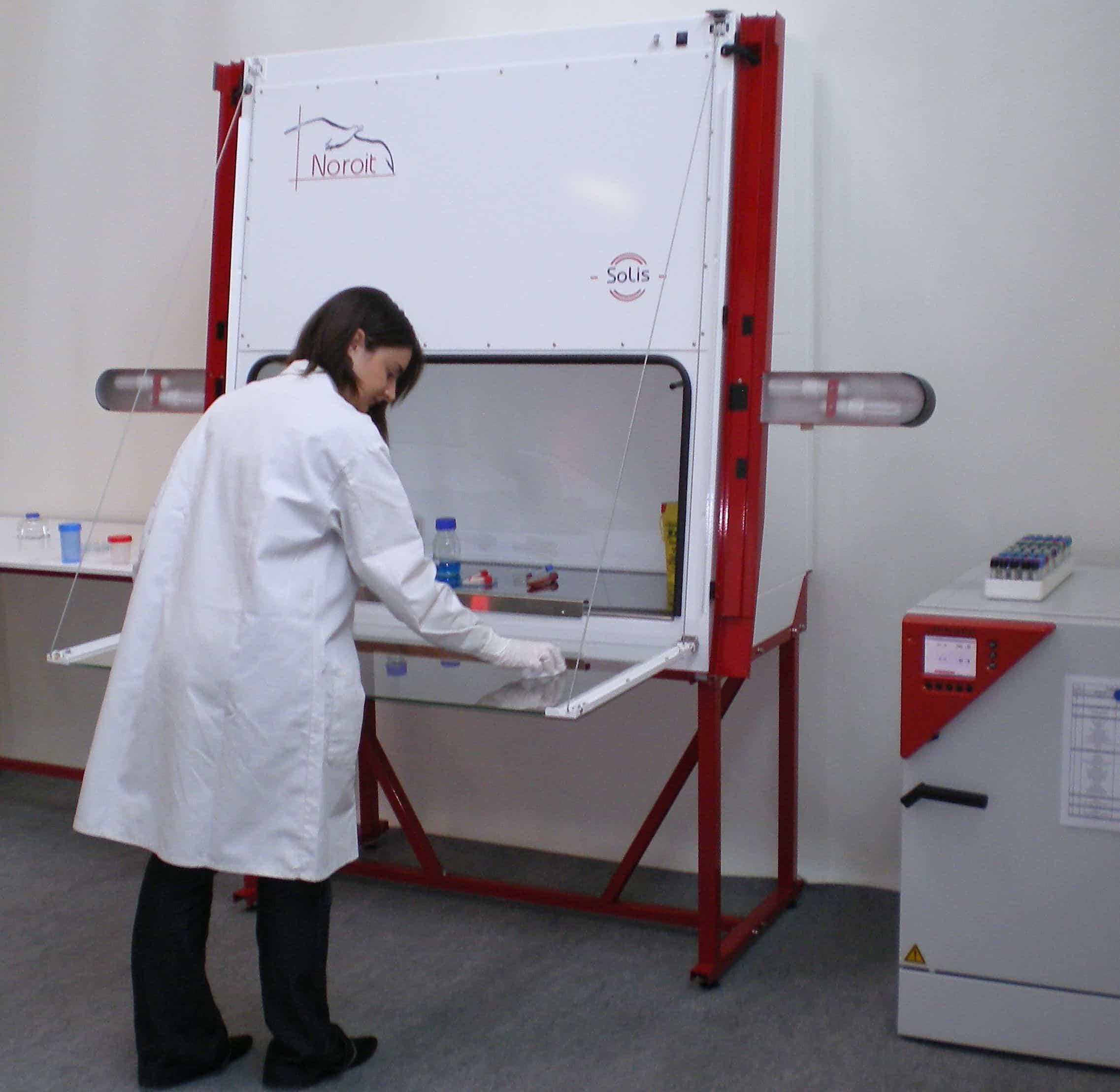 Une femme ingénieure du labo Noroit